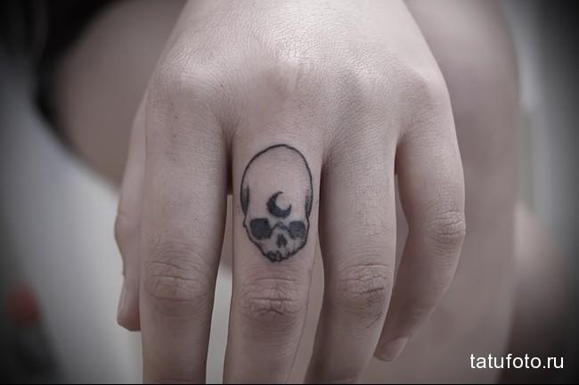 череп с месяцем во лбу - тату на пальце женская