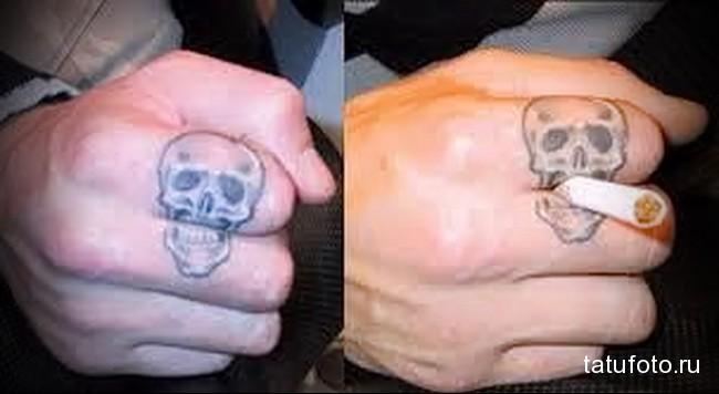 череп с сигаретой во рту в татуировке на пальцах для мужчины