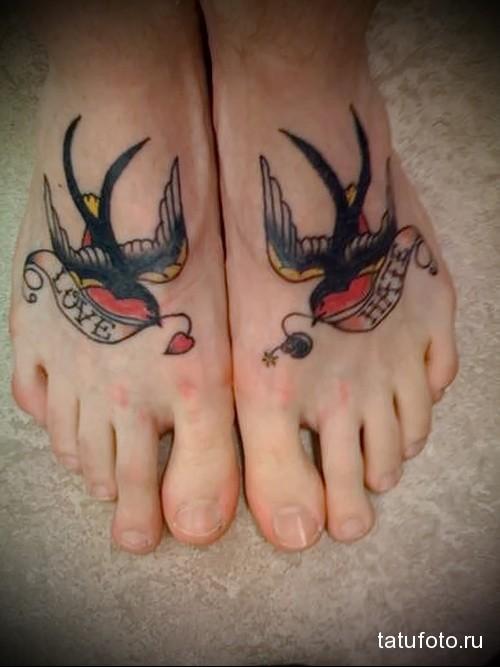 черные ласточки и надпись любовь и ненависть - татуировка в нижней части ноги девушки