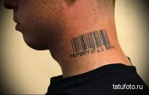 штрих код и надпись property of US army - татуировка на шее мужчины - фото