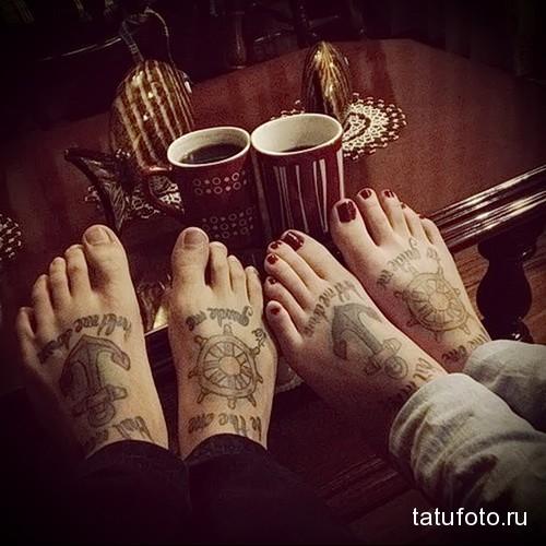 якорь и штурвал татуировка на ноге мужская