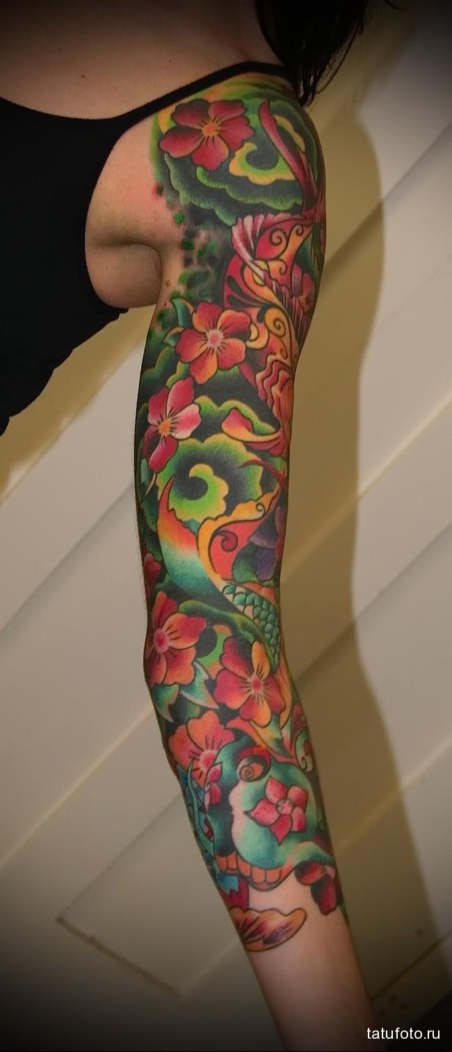 яркий рукав из цветов татуировка на руку женская