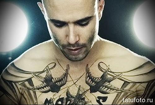 2 ласточки тату - мужская татуировка на грудь