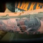 3д татуировка с автоматом и дымом со ствола - фото на руке