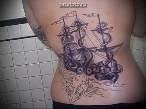 Крупная женская тату с кораблем и осьминогом