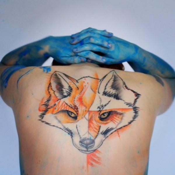 Большая лиса в татуировке на спине