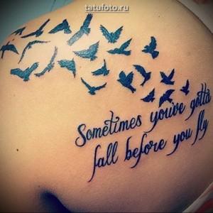 Значение женской татуировки птица и надпись