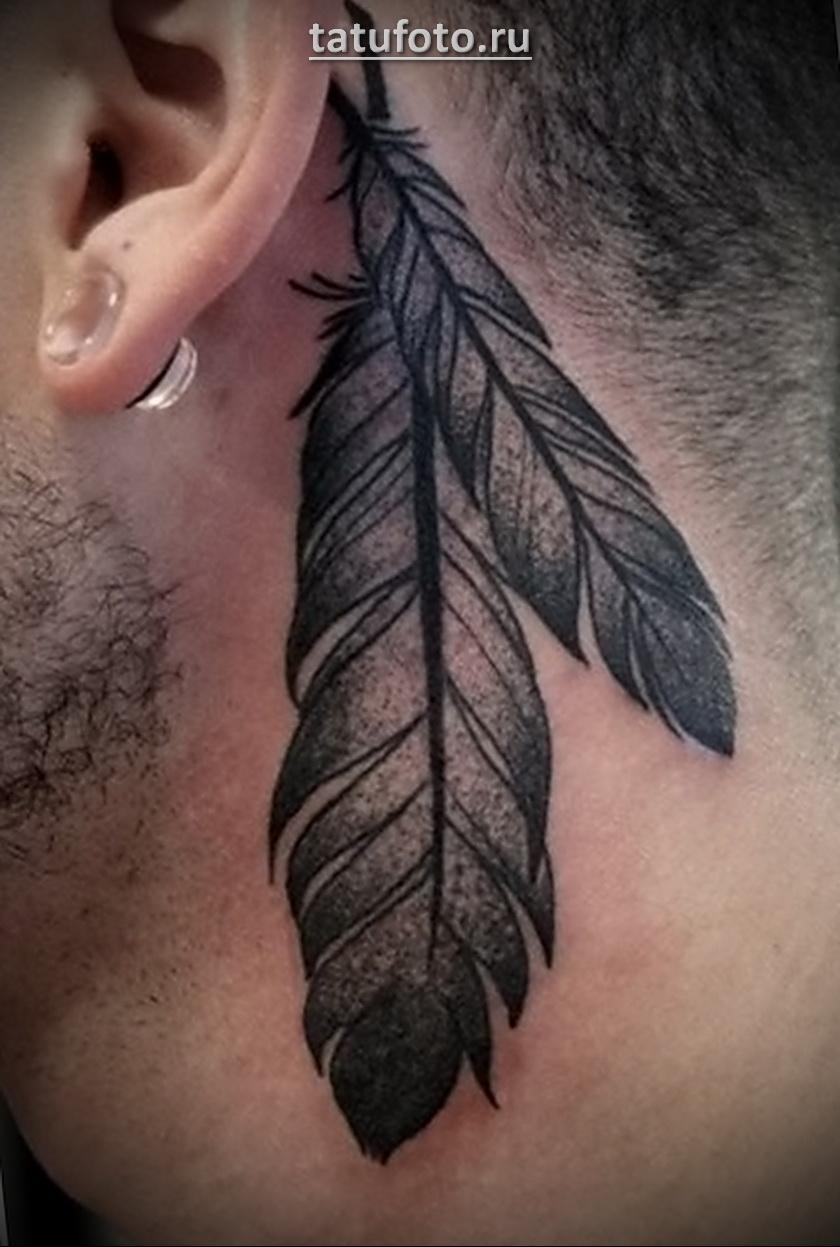 Фото готовой татуировки с перьями за ухом