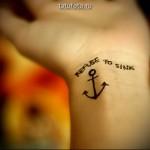 татуировка якорь на запястье - пример готовой татуировки на фото