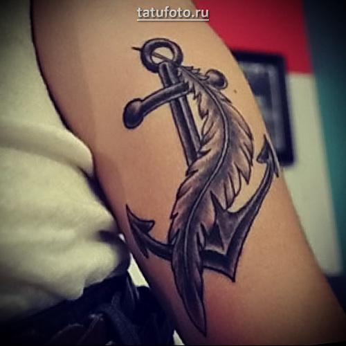 татуировка якорь на руке с пером