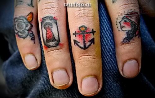 Неплохая татуировка якорь на пальце