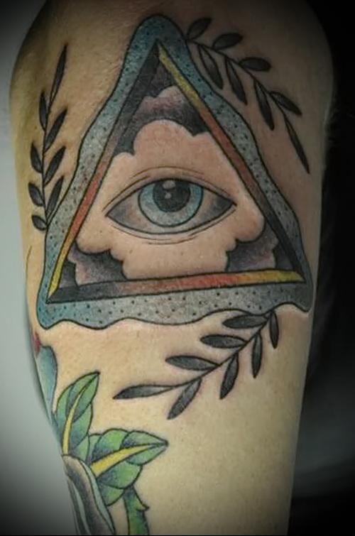 Всевидящее око тату в треугольнике на плече