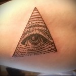 Всевидящее око тату на бицепсе