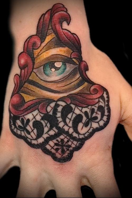 Всевидящее око тату - цветной пример на руке (кулак)