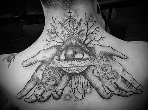 Всевидящее око и развернутые ладони в тату на спине