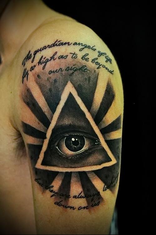 Выразительная татуировка с всевидящим оком на плече