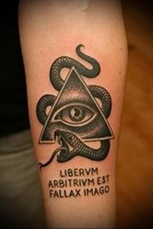 Всевидящее око и змея в татуировке