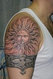 Славянская татуировка на плече мужчины