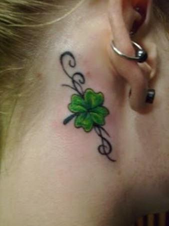 Тату четырехлистный клевер - за ухом - женская татуировка
