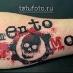 Трэш Полька Тату - надпись и череп на руку