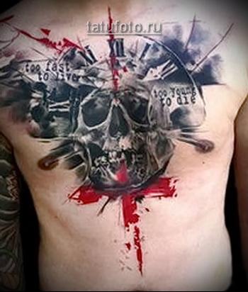 Трэш Полька Тату - череп по середине грудины