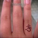 женская татуировка на пальуе - иероглиф