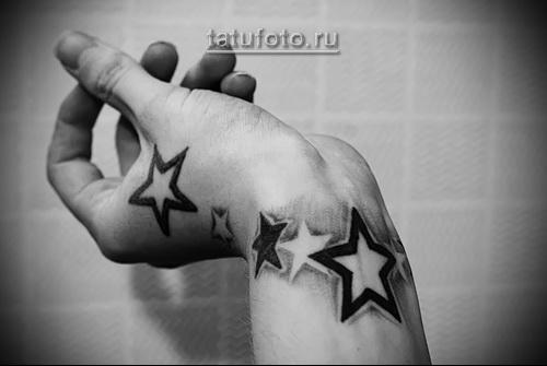 крупные звезды в татуировке на запястье - женская