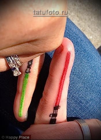 парная татуироввка на пальцах - световые мечи разных цветов