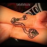 парная татуировка - замок и ключик на цепочке