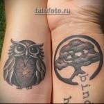 парная татуировка на запястье - сова и дерево
