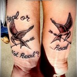 парная татуировка птицы - стрелы и надписи