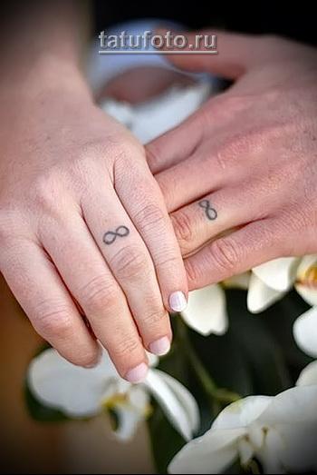 парная тату знак бесконечности вместо кольца на пальце