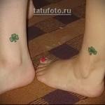 парная тату на ногу - рисунок листочка клевера