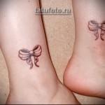 парные бантики в тату на ноге