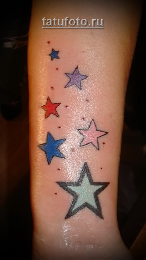 разноцветные женские звездочки в татуировке