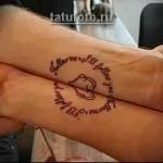 сердце и надписи на руке - татуировка которая складывается из двух частей