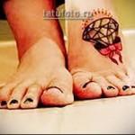 татуировка бант и брилиант на ногу девушке