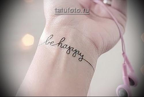 татуировка будь счастлив надписб на запястье