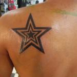татуировка звезда внутри звезды на лопатке