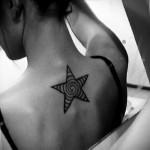 татуировка звезда для девушки на спину с спиралью внутри