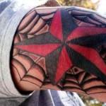 татуировка звезда и паутина на локоть