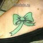 татуировка зеленый бантик на ногу