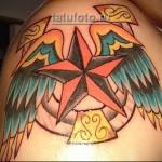 тату звезда и крылья на мужском плече