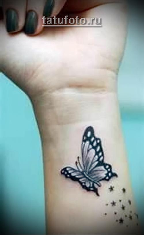 черная бабочка в женской татуировке на руке