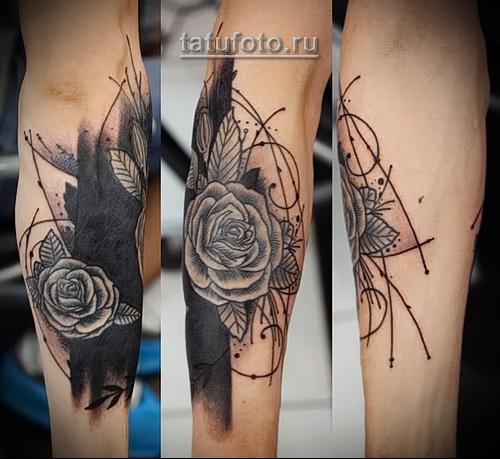 черная татуировка роза на руку девушке