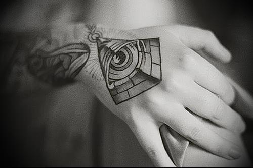 Всевидящее око тату на женской руке