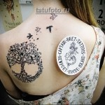 Дерево жизни тату - на лопатке девушки