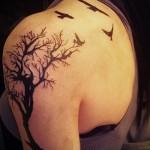 Дерево жизни тату на плече + стая воронов