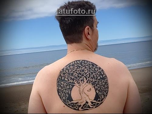 Дерево жизни тату по центру спины у мужчины