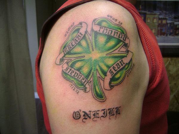 Тату четырехлистный клевер с надписями - крупный рисунок на плече парня